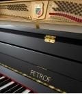 Foto do teclado e das cravelhas do Piano Vertical Petrof P122 N2